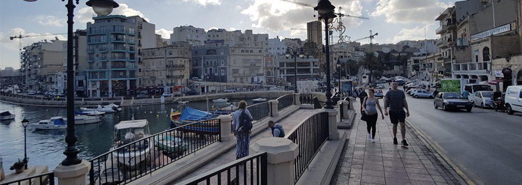Malta St Julians şehir merkezi. Dil okulları burada bulunuyor. Her taraf restoranlar, kafeler ve deniz ile çevrili. Çok güvenli ve kaliteli bir avrupa şehri.